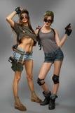Två toppna militära sexiga för flicka armar upp Royaltyfri Foto