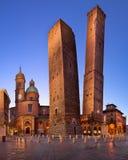Två torn och Chiesa di San Bartolomeo i morgonen, Bologna, Royaltyfri Foto
