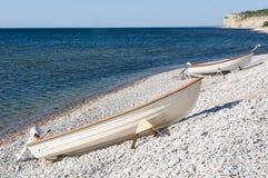 Två träfartyg sträckte ut på en stenig kust nära fjordarna, ett pittoreskt kust- Foto som tas på Högklint Gotland Sverige royaltyfria bilder