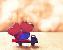 Två trähjärtor i lastbilen lyckliga valentiner för dag Arkivfoton