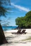 Två träsolsängar på stranden med havssikter Royaltyfria Bilder
