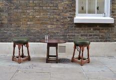 Två trästolar och en liten tabell Arkivbild