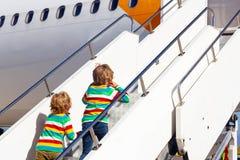 Två tröttade små siblingpojkar på flygplatsen Royaltyfri Fotografi