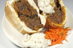 Två traditionella söder - afrikanskt fårkött Bunny Chows med sambaler Royaltyfria Foton