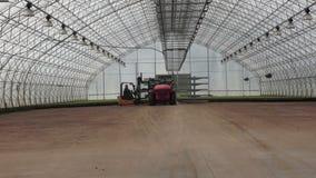 _ Två traktorer i det stora växthuset stock video
