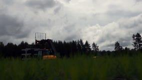 Två traktorer lyfter ut skogsbrukarbete arkivfilmer