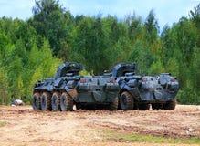 Två transportpansarbilar på det militära lägret Arkivfoto