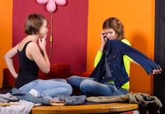 Två trendiga tonårs- flickor som väljer kläder Royaltyfri Bild