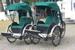 Två Trishaws i Hanoi, Vietnam Arkivbilder