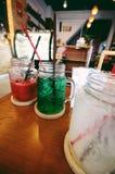 Två tropiska coctailar: rött och grönt Royaltyfri Bild