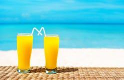 Två tropiska nya fruktsafter på den tropiska stranden Ferie och vacatio Royaltyfria Foton