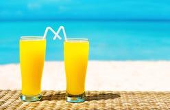 Två tropiska nya fruktsafter på den tropiska stranden Ferie och vacatio Arkivbild