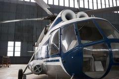 Två-turbin helikopter Mi-8 i hangaren Arkivfoto