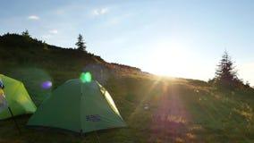 Två turist- tält i bergen på gryning carpathians stock video