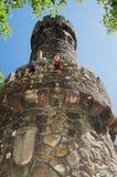Två turister, fader och son, på gammalt torn Arkivfoton