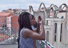 Två turister i den Lissabon sikten av Santa Justa Elevator royaltyfri fotografi