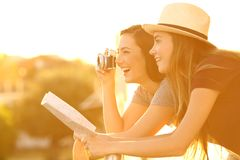 Två turister som fotograferar från en hotellbalkong arkivfoton