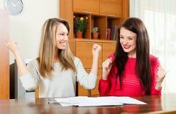 Två tyckta om affärskvinnor gör perfekt avtal Arkivbilder