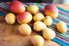 Två typer av mango på en tabell Arkivfoto