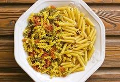 Två typer av pasta på en platta Arkivbilder