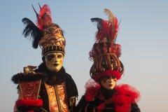 Två typiska maskeringar i Venedig, karneval royaltyfria foton