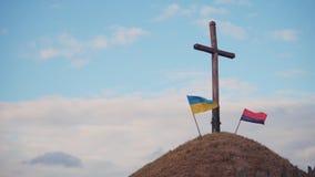 Två ukrainska flaggor stock video