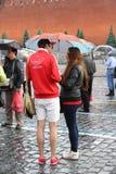 Två under ett paraply i dag av slavisk handstil och kultur på röd fyrkant i Moskva Arkivfoton