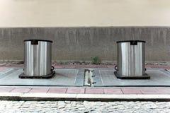 Två underjordiska behållare Arkivbild