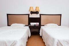 Två underlag i hotellrum royaltyfria bilder
