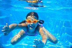 Två undervattens- flickor royaltyfri bild