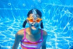 Två undervattens- flickor royaltyfria bilder