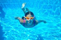 Två undervattens- flickor royaltyfri foto