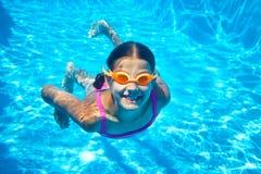 Två undervattens- flickor arkivbilder