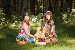 Två ung flicka med den utomhus- gitarren Royaltyfri Fotografi