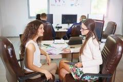 Två unga affärskvinnor som gör ett schema Royaltyfria Bilder