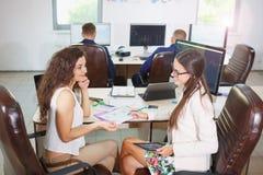 Två unga affärskvinnor som gör ett schema Royaltyfria Foton