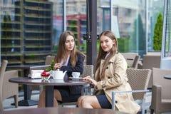 Två unga affärskvinnor som har lunchavbrottet tillsammans Royaltyfria Foton