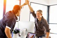 Två unga affärsmän i regeringsställning som firar framgång fotografering för bildbyråer