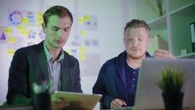 Två unga arbetare diskuterar violently det nya projektet stock video