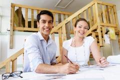 Två unga arkitekter i regeringsställning royaltyfri foto