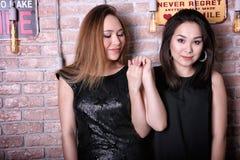 Två unga asiatiska flickamodeller Royaltyfri Bild