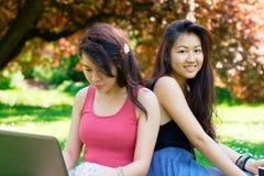 Två unga asiatiska studenter Arkivbilder