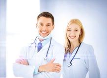 Två unga attraktiva doktorer arkivbilder