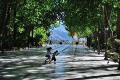 Två unga barn kör i parkera Arkivfoton