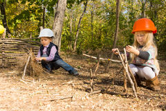 Två unga barn som låtsar för att vara byggmästare royaltyfri foto