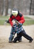 Två unga bröder som utomhus spelar i vinter Arkivbilder