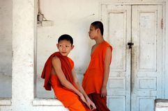 Två unga buddistiska munkar Arkivfoton