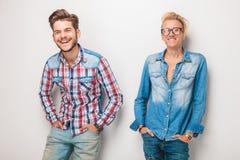 Två unga casulmän som tillsammans skrattar Royaltyfri Foto