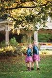 Två unga Caucasian systrar fotografering för bildbyråer