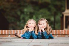 Två unga Caucasian systrar royaltyfri bild